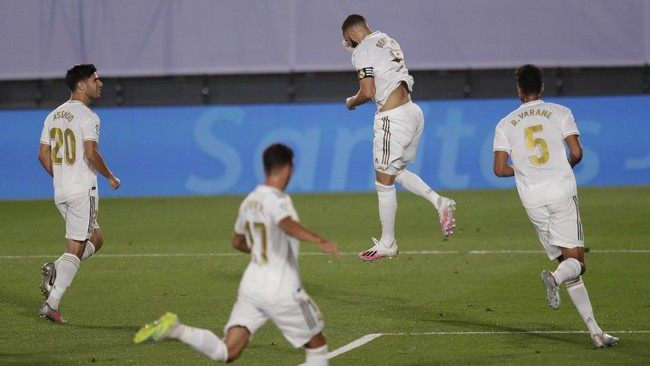 Real Madrid's Karim Benzema, celebrates after scoring a penalty against Deportivo Alaves during the Spanish La Liga soccer match between Real Madrid and Deportivo Alaves at the Alfredo di Stefano stadium in Madrid, Spain, Friday, July 10, 2020. (AP Photo/Bernat Armangue)