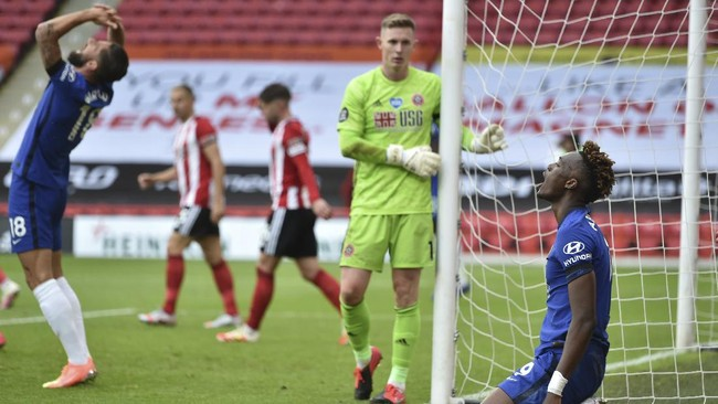 Chelsea's Tammy Abraham, right, reacts after a missed scoring opportunity during the English Premier League soccer match between Sheffield United and Chelsea at Bramall Lane in Sheffield, England, Saturday, July 11, 2020. (Peter Powell/Pool via AP)