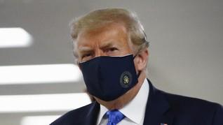 Trump Pakai Masker untuk Pertama Kali saat ke RS Militer