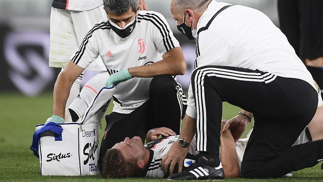 Juventus' Matthijs de Ligt is attended to by trainers during the Serie A soccer match between Juventus and Atalanta at the Allianz Stadium in Turin, Italy, Saturday, July 11, 2020. (Fabio Ferrari/LaPresse via AP)