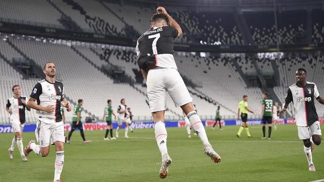 Juventus' Cristiano Ronaldo (7) celebrates after a goal during the Serie A soccer match between Juventus and Atalanta at the Allianz Stadium in Turin, Italy, Saturday, July 11, 2020. (Fabio Ferrari/LaPresse via AP)