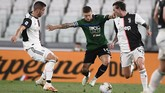 Atalanta's Papu Gomez (10) goes for the ball during the Serie A soccer match between Juventus and Atalanta at the Allianz Stadium in Turin, Italy, Saturday, July 11, 2020. (Fabio Ferrari/LaPresse via AP)