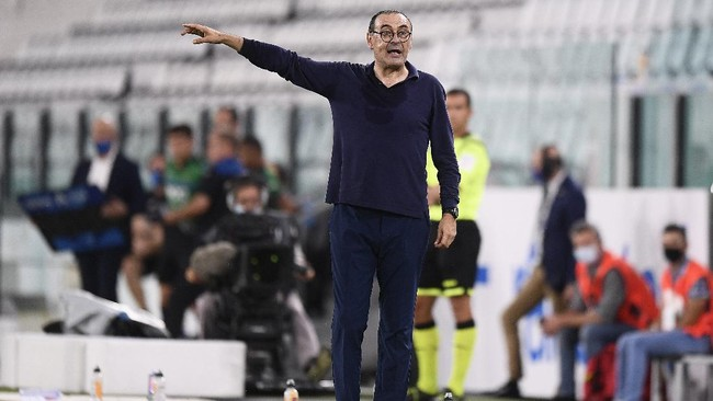 Juventus manager Maurizio Sarri instructs his players during the Serie A soccer match between Juventus and Atalanta at the Allianz Stadium in Turin, Italy, Saturday, July 11, 2020. (Fabio Ferrari/LaPresse via AP)