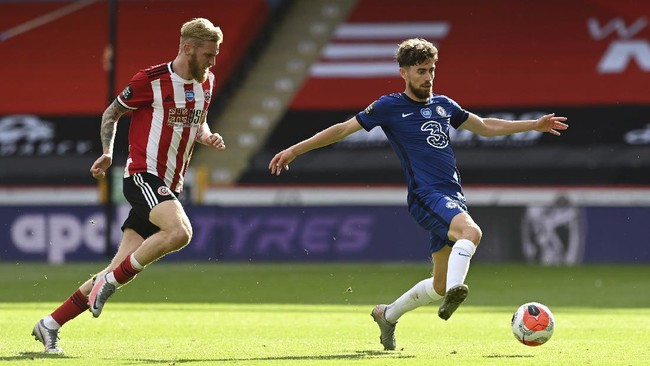 Sheffield United's Oliver McBurnie, left, fights for the ball with Chelsea's Jorginho during the English Premier League soccer match between Sheffield United and Chelsea at Bramall Lane in Sheffield, England, Saturday, July 11, 2020. (Shaun Botterill/Pool via AP)