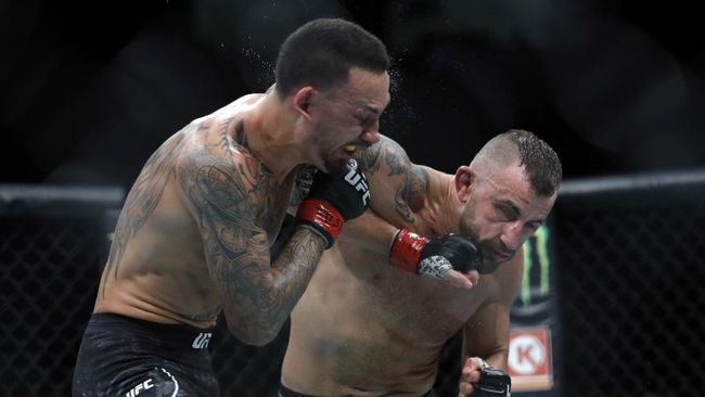 LAS VEGAS, NEVADA - DECEMBER 14: Alexander Volkanovski (R) punches UFC featherweight champion Max Holloway in their title fight during UFC 245 at T-Mobile Arena on December 14, 2019 in Las Vegas, Nevada. Volkanovski took the title by unanimous decision.   Steve Marcus/Getty Images/AFP