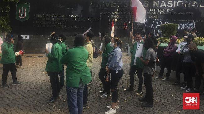 Puluhan mahasiswa Universitas Nasional kembali menggelar unjuk rasa menuntut pencabutan surat keputusan (SK) Drop Out yang diterbitkan kepada sejumlah mahasiswa, Senin (13/7).