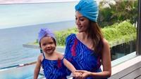 <p>Farah Quinn bersama Yaya. Baju Yaya yang sering kembar dengan sang ibunda kerap membuat netizen merasa gemas. (Foto: Instagram @farahquinnofficial)</p>