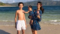 <p>Dalam beberapa foto sebelum pandemi, wanita yang berdarah Palembang, Sumatera Selatan, ini suka mengajak Armand dan Yaya tamasya ke pantai. Pakaian pantai Farah Quinn dengan Yaya pun sering kompakan. (Foto: Instagram @farahquinnofficial)</p>