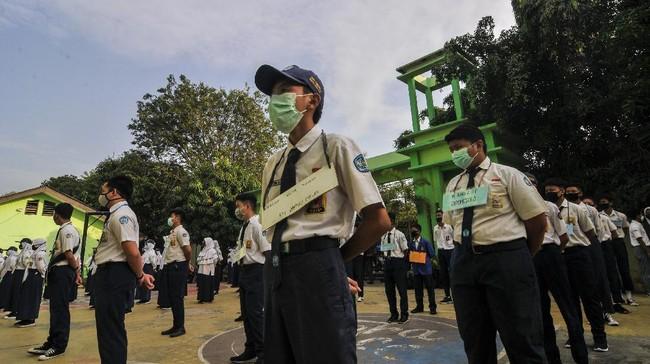 Sejumlah siswa-siswi baru mengikuti upacara di SMAN 2 Bekasi di Jawa Barat, Senin (13/7/2020). Menurut pihak sekolah sebanyak 48 siswa baru dari 384 peserta didik baru menjadi perwakilan mengikuti upacara bendera, yang merupakan rangkaian kegiatan Masa Pengenalan Lingkungan Sekolah (MPLS) selama tiga hari. ANTARA FOTO/Fakhri Hermansyah/wsj.