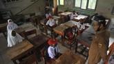 Guru memberikan pengarahan kepada murid saat hari pertama masuk sekolah di SDN 11 Marunggi, Pariaman, Sumatera Barat, Senin (13/7/2020). Kota Pariaman bersama Kabupaten Pesisir Selatan, Kota Sawahlunto dan Kabupaten Pasaman Barat merupakan empat daerah di zona hijau di Sumatera Barat yang sudah memulai aktivitas belajar-mengajar di sekolah dengan pola tatap muka langsung dan menerapkan protokol kesehatan COVID-19. ANTARA FOTO/Iggoy el Fitra/wsj.