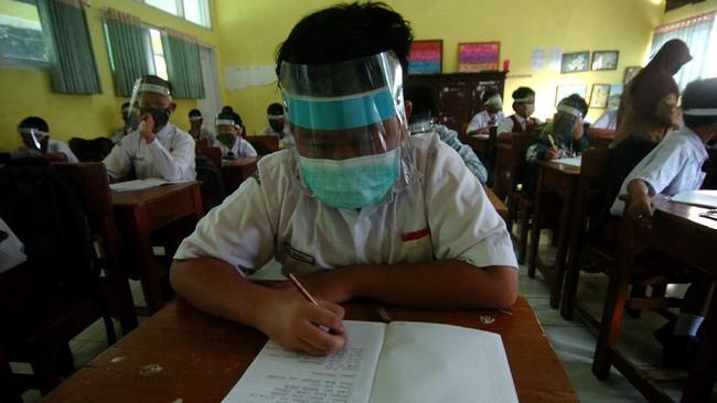 Seorang siswa baru menulis biodata saat mengikuti MPLS di MTSN 2 Slawi, Kabupaten Tegal, Jawa Tengah, Senin (13/7/2020). Pihak sekolah setempat mengharapkan siswa baru menerapkan protokol kesehatan COVID-19 selama mengikuti kegiatan Masa Pengenalan Lingkungan Sekolah (MPLS) selama tiga hari karena Kabupaten Tegal masih di zona merah. ANTARA FOTO/Oky Lukmansyah/wsj.