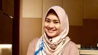 <p>Mengenakan hijab membuat mantan istri Aldi Bragi ini terlihat lebih adem ya, Bunda. (Foto: Instagram @ikkenurjanah0518)</p>