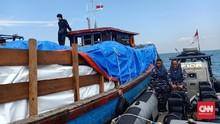 Kapal Selundupkan 300 Karung Baju Bekas Ilegal Diamankan