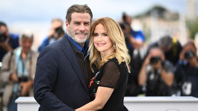 US actor John Travolta (L) and his wife US actress Kelly Preston pose on May 15, 2018 during a photocall for the film