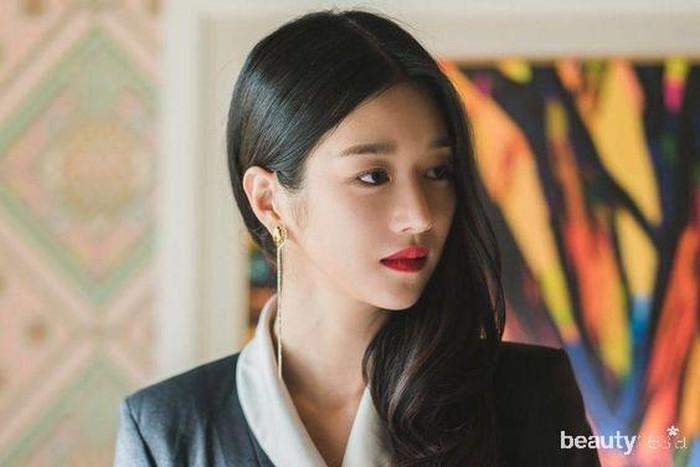 Seo Ye Ji juga sempat latihan balet di awal kariernya. Tak heran ya, dirinya punya pinggang kecil dan tubuh yang bikin iri banyak wanita. Selain tubuh yang kecil, wajahnya yang masih memesona di usia 30 juga membuat banyak bertanya-tanya. Apasih perawatannya? (Foto: Instagram.com/seoyejionly/)