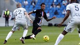 Paris Saint Germain's Neymar, center, challenges for the ball with Victor Lekhal of Le Havre AC, left, and Fernand Mayembo, right, during a friendly soccer match between Paris Saint Germain and Le Havre, in Le Havre, western France, Sunday, July 12, 2020. (AP Photo/Thibault Camus)