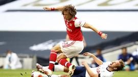 Arsenal Kalah, David Luiz Dibela Fan