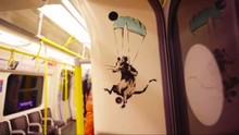 Inggris Hapus Mural Masker Banksy di Kereta Bawah Tanah