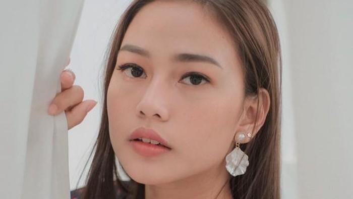 Gadis kelahiran 28 Februari ini sebenarnya memilih wajah cantik khas Indonesia. Berwajah cantik dengan rambut panjangnya, Dara Arafah kerap banjir pujian dari netizen. Sayangnya, pasca jalani rhinoplasty, prosedur operasi untuk merekonstruksi bentuk hidungnya, Dara Arafah banjir hujatan netizen.(Foto: https://www.instagram.com/daraarafah/)