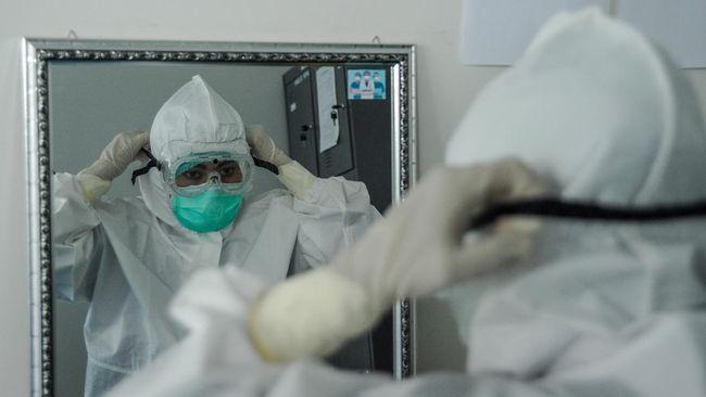 Pemerintah diminta tak hanya mengandalkan insentif atau santunan bagi dokter maupun tenaga kesehatan yang gugur di tengah pandemi.