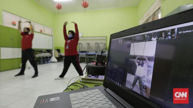 Guru mengajar senam secara virtual di SD Yasporbi I Pancoran, Jakarta, Selasa, 14 Juli 2020. Dalam masa PSBB transisi, sekolah di Jakarta masih melakukan kegiatan Pelajaran Jarak Jauh (PJJ) untuk mecegah penyebaran COVID-19 di lingkungan sekolah.