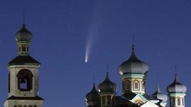 FOTO: Fenomena Langka Komet Neowise Melintasi Bumi