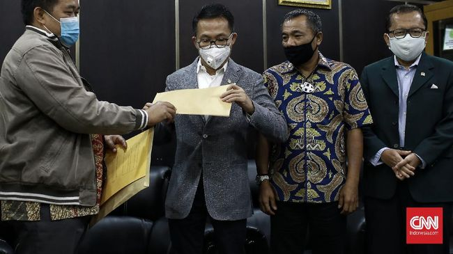 Ketua Komisi III DPR RI Herman Herry menerima surat jalan Djoko Chandra dari Koordinator Masyarakat Anti Korupsi Indonesia (MAKI), Boyamin Saiman di ruang tamu Komisi III.  Jakarta.  Selasa (14/7/2020). CNN Indonesia/Andry Novelino