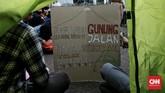 Mapala dari perwakilan mahasiswa Jabodetabek dan Koalisi Bersihkan Indonesia melakukan aksi pasang tenda di depan gedung DPR RI. Jakarta. Rabu (15/7/2020). CNN Indonesia/Andry Novelino