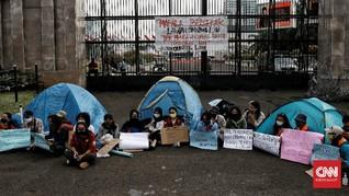 FOTO: Aksi Koalisi Bersihkan Indonesia di DPR