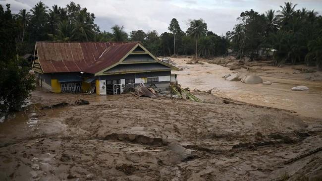 Sebuah rumah tenggelam lumpur akibat banjir bandang di Desa Radda, Kabupaten Luwu Utara, Sulawesi Selatan, Selasa (14/7/2020). Akibat banjir bandang tersebut mengakibatkan 10 orang meninggal dunia dan ratusan rumah tertimbun lumpur. ANTARA FOTO/Hariandi Hafid/yu/hp.