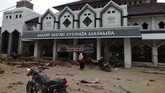 Kondisi Masjid Agung Syuhada Masamba yang terendam lumpur akibat banjir bandang di Masamba, Kabupaten Luwu Utara, Sulawesi Selatan, Selasa (14/7/2020). Akibat banjir bandang tersebut mengakibatkan 10 orang meninggal dunia dan ratusan rumah tertimbun lumpur. ANTARA FOTO/Muktar/yu/hp.