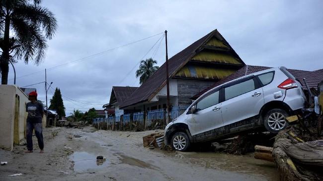 Sebuah mobil terseret banjir bandang di Kecamatan Masammba, Kabupaten Luwu Utara, Sulawesi Selatan, Rabu (15/7/2020). Banjir bandang yang terjadi akibat tingginya curah hujan tersebut mengakibatkan 16 orang meninggal dunia dan puluhan warga dilaporkan masih dalam pencarian, sementara ratusan rumah rusak berat dan hilang.ANTARA FOTO/Abriawan Abhe/aww.