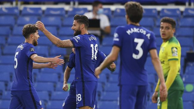 Chelsea's Olivier Giroud, centre, is congratulated by teammates after scoring his team's first goal during the English Premier League soccer match between Chelsea and Norwich City at Stamford Bridge in London, England, Tuesday, July 14, 2020. (AP Photo/Richard Heathcote,Pool)