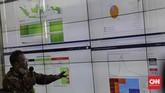 Petugas menjelaskan tentang infrastruktur teknologi informasi sistem Jaminan Kesehatan Nasional kepada Menteri Koordinator Bidang Pembangunan Manusia dan Kebudayaan Muhadjir Effendy di kantor pusat BPJS Kesehatan, Jakarta, Rabu, 15 Juli 2020. Pemerintah akan menggunakan 'big data' BPJS Kesehatan terkait peserta Jaminan Kesehatan Nasional yang memiliki penyakit penyerta atau komorbid untuk meminimalisir risiko penularan COVID-19 di seluruh Indonesia. CNN Indonesia/Adhi Wicaksono
