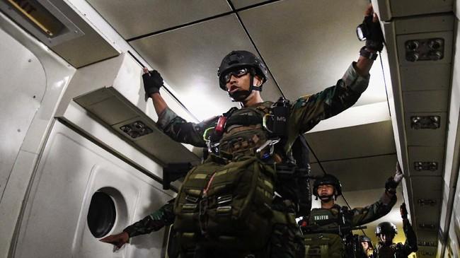 Sejumlah Prajurit Batalyon Intai Amfibi 1 Korps Marinir TNI AL bersiap melakukan terjun tempur (junpur) malam dari pesawat udara Cassa NC-212 U6205 Skuadron Udara 600 Wing Udara 2 Puspenerbal di atas Pangkalan Udara TNI Angkatan Laut (Lanudal) Jakarta, Pondok Cabe, Tangerang Selatan, Banten, Selasa (14/7/2020). Kegiatan junpur malam dari ketinggian 5.000 kaki sebagai kesiapan prajurit Yontaifib 1 Korps Marinir dalam rangka infiltrasi udara di Dabo Singkep, Kepualauan Riau. ANTARA FOTO/M Risyal Hidayat/hp.