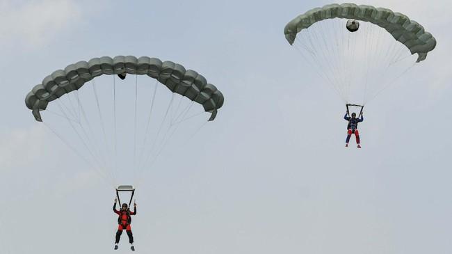Prajurit Batalyon Intai Amfibi (Yon Taifib) 1 Korps Marinir TNI-AL melakukan terjun bebas (free fall) dari pesawat udara Cassa NC-212 U-6205 Skuadron Udara 600 Wing Udara 2 Puspenerbal di atas Pangkalan Udara TNI Angkatan Laut (Lanudal) Jakarta, Pondok Cabe, Tangerang Selatan, Banten, Selasa (7/7/2020). Terjun bebas dari ketinggian 6.000 kaki tersebut diikuti 100 orang prajurit dalam rangka pemeliharaan kemampuan aspek udara. ANTARA FOTO/M Risyal Hidayat/foc.