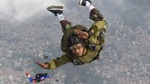 Sejumlah prajurit Batalyon Intai Amfibi (Yon Taifib) 1 Korps Marinir TNI-AL melakukan terjun bebas (free fall) dari pesawat udara Cassa NC-212 U-6205 Skuadron Udara 600 Wing Udara 2 Puspenerbal di atas Pangkalan Udara TNI Angkatan Laut (Lanudal) Jakarta, Pondok Cabe, Tangerang Selatan, Banten, Selasa (7/7/2020). Terjun bebas dari ketinggian 6.000 kaki tersebut diikuti 100 orang prajurit dalam rangka pemeliharaan kemampuan aspek udara. ANTARA FOTO/M Risyal Hidayat/foc.