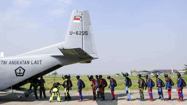 Sejumlah prajurit Batalyon Intai Amfibi (Yon Taifib) 1 Korps Marinir TNI-AL memasuki pesawat udara Cassa NC-212 U-6205 Skuadron Udara 600 Wing Udara 2 Puspenerbal untuk mengikuti terjun bebas (free fall) di Pangkalan Udara TNI Angkatan Laut (Lanudal) Jakarta, Pondok Cabe, Tangerang Selatan, Banten, Selasa (7/7/2020). Terjun bebas dari ketinggian 6.000 kaki tersebut diikuti 100 orang prajurit dalam rangka pemeliharaan kemampuan aspek udara. ANTARA FOTO/M Risyal Hidayat/foc.