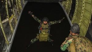 FOTO: Aksi Infiltrasi Udara Prajurit Intai Amfibi Marinir