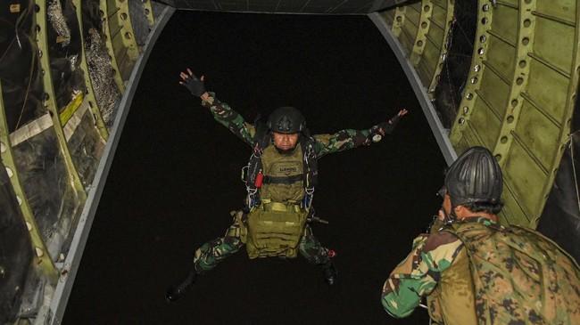 Prajurit Batalyon Intai Amfibi 1 Korps Marinir TNI AL melakukan terjun tempur (junpur) malam dari pesawat udara Cassa NC-212 U6205 Skuadron Udara 600 Wing Udara 2 Puspenerbal di atas Pangkalan Udara TNI Angkatan Laut (Lanudal) Jakarta, Pondok Cabe, Tangerang Selatan, Banten, Selasa (14/7/2020). Kegiatan junpur malam dari ketinggian 5.000 kaki sebagai kesiapan prajurit Yontaifib 1 Korps Marinir dalam rangka infiltrasi udara di Dabo Singkep, Kepualauan Riau. ANTARA FOTO/M Risyal Hidayat/hp.