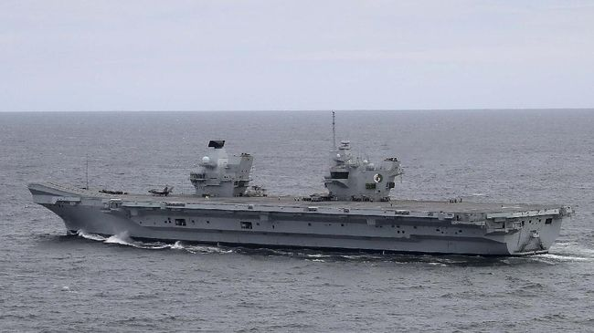 AT SEA - SEPTEMBER 27: The United Kingdom's new aircraft carrier HMS Queen Elizabeth sails at sea in the Atlantic Ocean off the U.S. mid-Atlantic coast, on September 27, 2018. The carrier is currently participating in flight trials with two new F35-B's and eventually be able to embark up to 24 of the supersonic jets.   Mark Wilson/Getty Images/AFP