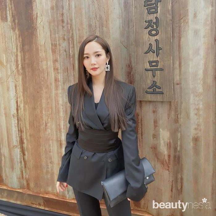 Sebagai seorang aktris ternama, penampilan Park Min Young memang selalu terlihatfashionable. Dalam potretnya kali ini, ia terlihat mengenakanoutfitserba hitam dari mulaiblazer,belt,pants, hinggaclutch bagyang berada digenggamannya. (Foto: Instagram.com/rachel_mypark)