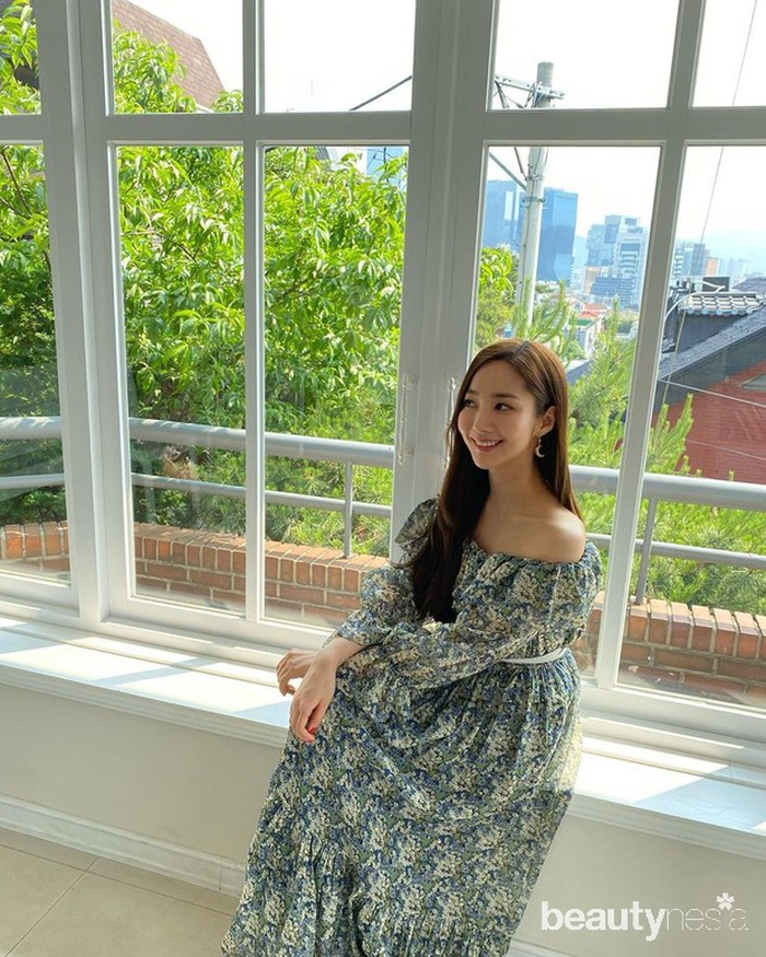 Dengan rambut yang digerai dan mengenakanlong dressbermodeloff shoulder, Park Min Young sukses terlihat begitu anggun.(Foto: Instagram.com/rachel_mypark)