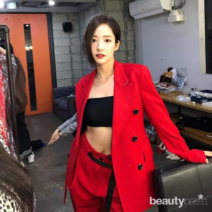 Penampilan Park Min Young denganoutfitmerah meronanya sangat terlihat memesona. Ia mengenakan setelanblazerdengancrop tophitamnya. Bagian perutnya yang sempurna tersebut, tereskspos dengan jelas. (Foto: Instagram.com/rachel_mypark)