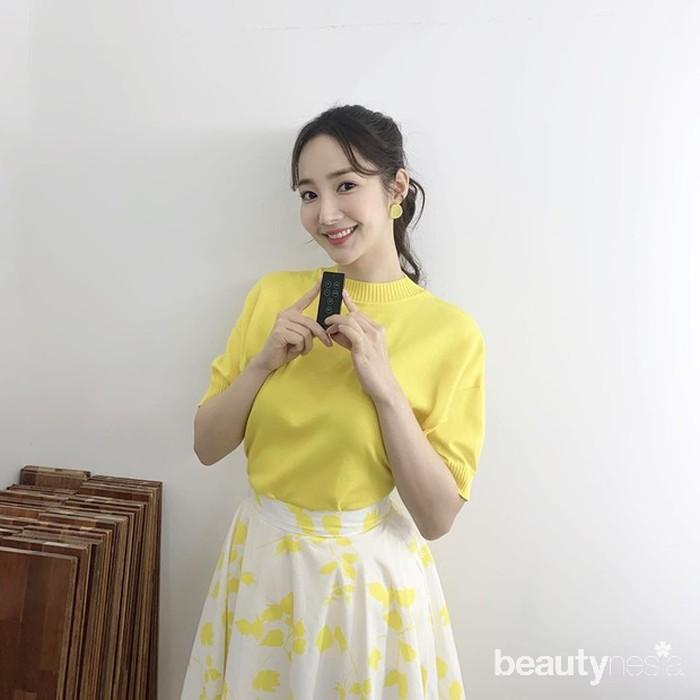 Warna kuning memang memberikan efekfreshpada pemiliknya. Seperti yang dikenakan oleh Park Min Young, ia tampil begitufreshdengant-shirtberwarna kuning cerah dan rok motif kupu-kupunya. (Foto: Instagram.com/rachel_mypark)