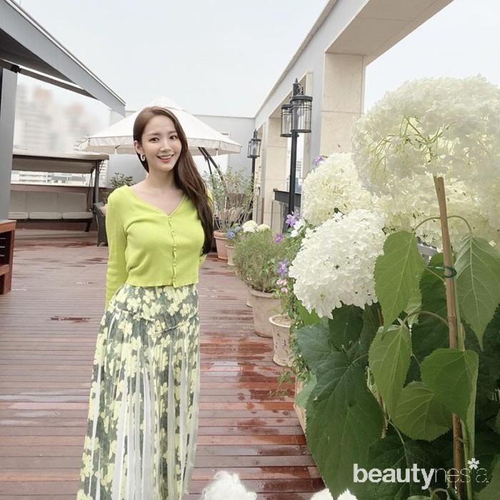 Memiliki tubuh yang sehat dan bentuk yang sempurna tentu saja menjadi impian semua orang. Seperti halnya aktris Korea SelatanPark Min Young, wanita cantik yang satu ini sukses miliki bentuk tubuh yang sempurna. Dalam laman Instagramnya, ia sering kali membagikan potretbody goalsnya tersebut. (Foto: Instagram.com/rachel_mypark)