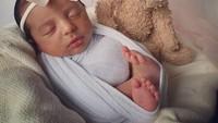 <p>Walaupun masih bayi, wajah Baby Nooran berhasil mencuri perhatian, Bunda. (Foto: Instagram @tanianadiraa)</p>