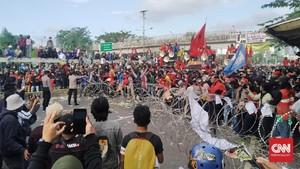 Mahasiswa Diadang Kawat, Massa Buruh dan Tani Tiba di DPR