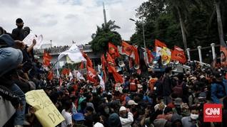FOTO: Massa Geruduk Gedung DPR Tolak Omnibus Law