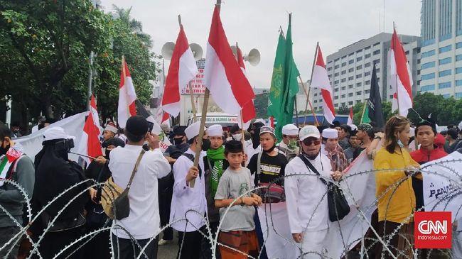 Ratusan massa dari sejumlah ormas Islam yang akan menggelar aksi unjuk rasa menolak Rancangan Undang-Undang Haluan Ideologi Pancasila (RUU HIP) mulai mendatangi kawasan depan Gedung MPR/DPR, Jakarta.